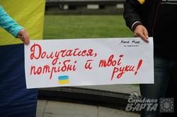 """У Львові волонтери утворили живий ланцюг """"Тримаймося разом"""" (ФОТО)"""