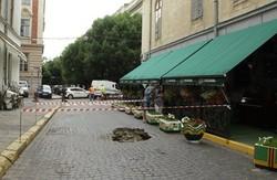 На одній з центральних вулиць Львова утворилась велетенська яма