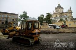 Попри протести роботи у сквері біля собору Юра йдуть повним ходом (ФОТО)