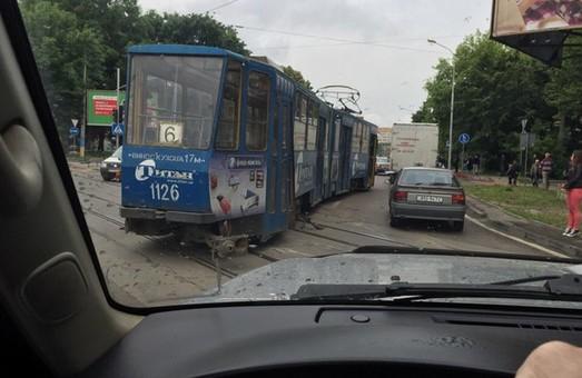 У Львові вантажівка змела з рейок трамвай з пасажирами (ФОТО, ВІДЕО)