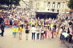 До Дня молоді львівські студенти влаштували флешмоб «Україна - це ми!» (ФОТО)