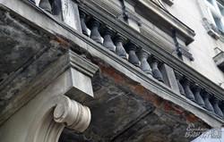 З будинку Апеляційного суду у Львові обсипаються балкони (ФОТО)