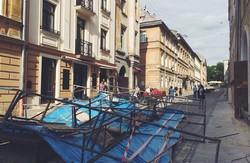 У центрі Львова будівельне риштування ледь не вбило дитину