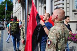 Правий сектор перед Львівською ОДА замінив прапори ЄС на червоно-чорні (ФОТО)