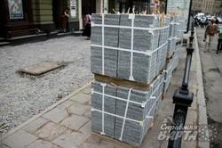 У центрі Львова латають пішохідну частину (ФОТО)
