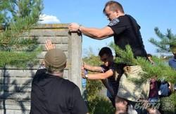 На озері Задорожньому активісти знесли паркан, який закривав доступ до водойми (ФОТО)