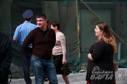 На площі Ринок незаконно збивають штукатурку з історичної кам`яниці (ФОТО)