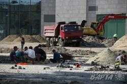"""Будівельники у форсованому темпі завершують впорядковувати територію ТЦ """"Форум"""" (ФОТО)"""