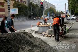 У Львові на проспекті Чорновола облаштовують велодоріжки та ладнають хідники (ФОТО)