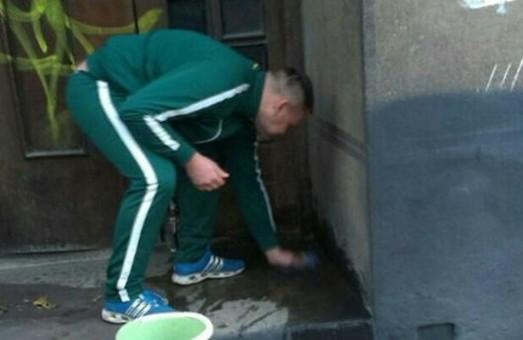 У Львові поліцейські зловили на гарячому осквернителя під`їздів