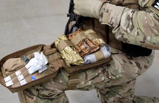 Канадські лікарі передали українським військовим 1700 аптечок