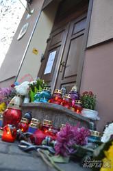 Львівяни несуть квіти до консульства Франції, вшановуючи жертв терактів у Парижі (ФОТО)