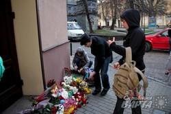 Небайдужі львів`яни вшановують пам`ять загиблих у терактах у Франції (ФОТО)