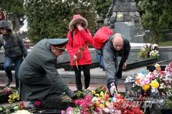 На Личаківському кладовищі поклали квіти та запалили лампадки на могилах загиблих під час Революції Гідності (ФОТО)