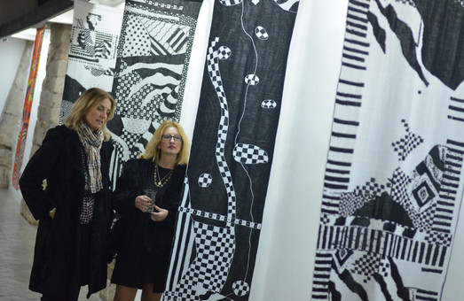 У галереї «Дзиґа» показали текстильний проект «JERSEY JAZZ» Оксани Борисової (ФОТО)