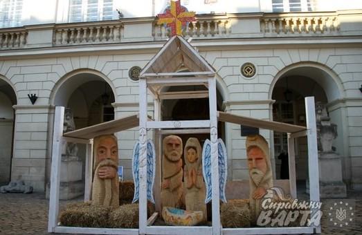 У Львові перед входом у ратушу встановили нестандартну Різдвяну шопку (ФОТО)