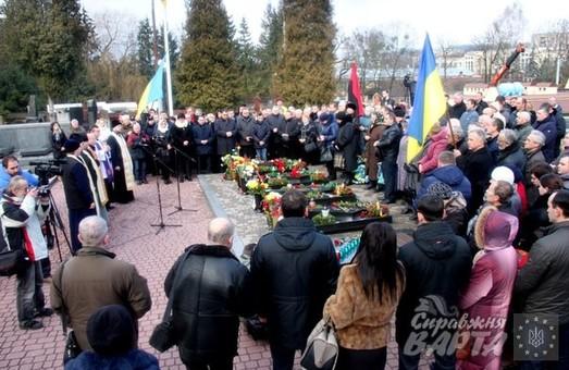 До другої річниці загибелі Небесної Сотні на Личаківському кладовищі поклали квіти (ФОТО)