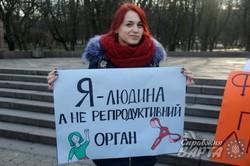 """Львівські феміністки вийшли на вулиці міста з акцією """"Чому мені потрібен фемінізм?"""" (ФОТО)"""