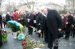 До 202-ої річниці з Дня народження Тараса Шевченка у Львові до пам`ятника Кобзаря поклали квіти (ФОТО)