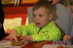 До Міжнародного дня людини з синдромом Дауна у Львові навчили діток розмальовувати пряники (ФОТО)