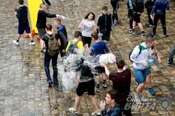 У Львові по-справжньому мокро відзначили Поливаний понеділок (ФОТО)
