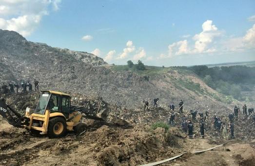 Біля Львова горить сміттєзвалище: троє людей опинилось під завалами