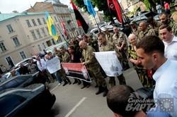 У Львові бійці-добровольці прийшли вимагати пільг до ОДА (ФОТО)