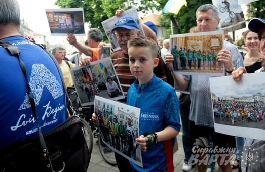 Велосипедисти зі стажем вийшли на пікет до стін ЛОДА (ФОТО)