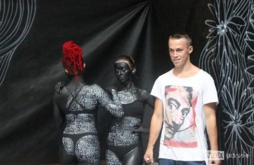 В Луцьку розмалювали голих дівчат