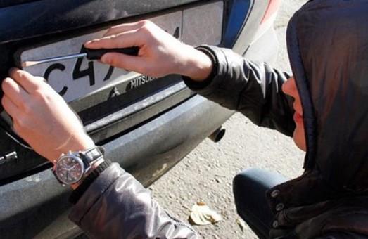 У Львові затримали викрадача номерних знаків