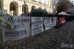 Учасники АТО продовжують страйкувати під стінами ЛМР: у них немає грошей для купівлі житла (ФОТО)