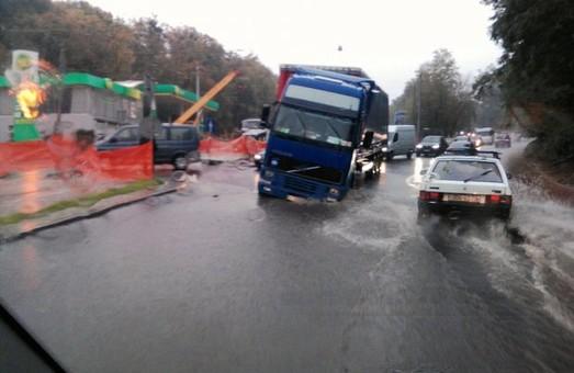 У Львові на щойно зремонтованій вулиці провалилася вантажівка (ФОТО)