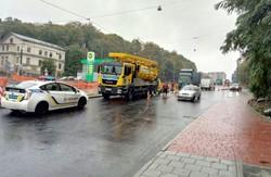 У Львові посеред щойно відремонтованої вулиці прорвало каналізаційний люк (ФОТО)