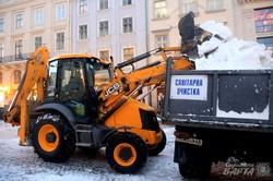 На третю добу негоди пішохідний центр Львова таки прибрали (ФОТО)