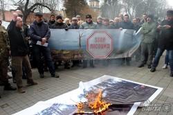 Пікетувальники з труною в руках прийшли до ЛОДА захищати ліс (ФОТО)