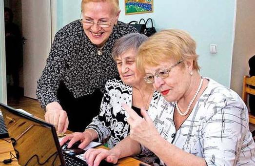 Невгамовні бабусі навчатимуться в юних львів'ян комп'ютерному спілкуванню