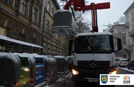 Центр Львова отримав нові контейнери для сміття