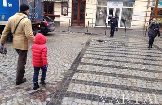 Як у центрі Львова утворилось провалля (ФОТО)