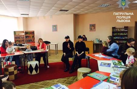 Львівські поліцейські провели навчання для мам з візочками