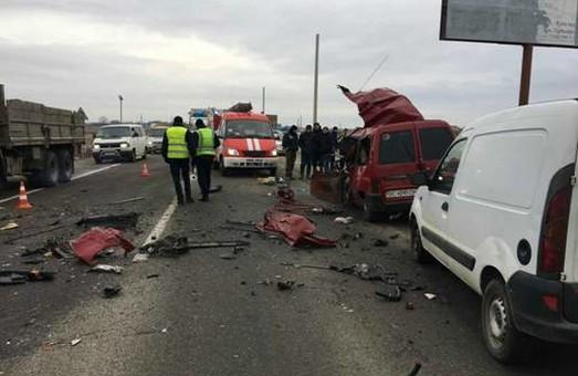 На Львівщині рейсовий автобус зіткнувся з легковиком: є загиблі