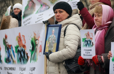 Матері військовополонених вийшли на вулиці Львова з портретами синів у руках (ФОТО)
