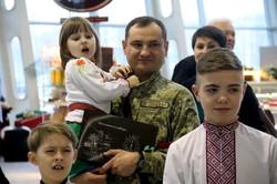 У львівському аеропорту дітки з подарунками зустріли гостей із Польщі (ФОТО)