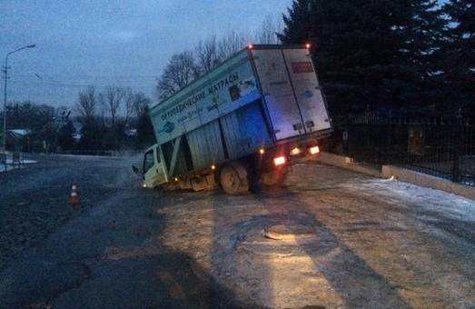 У Львові на вулиці Богданівській провалилась вантажівка