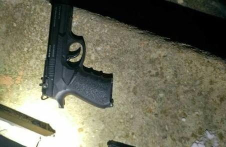Парочка у Львові погрожувала пістолетом