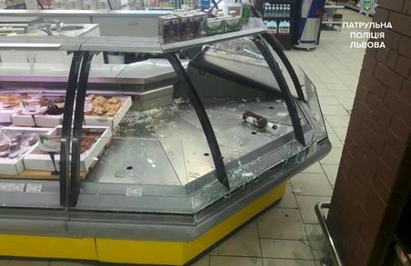 У супермаркеті на Сихові чоловік кидався на людей з ножем
