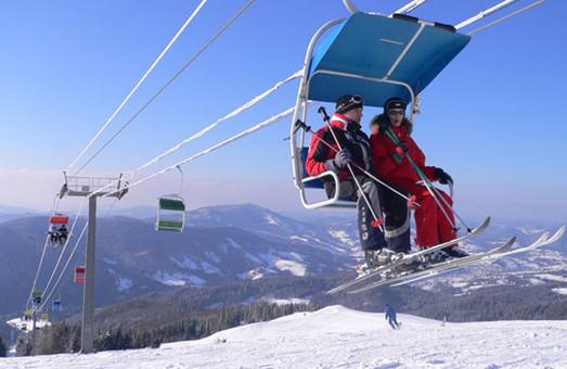 Між небом і землею: лижники застрягли на канатно-крісельній дорозі на Львівщині
