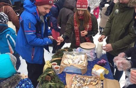 Активісти з Брюховичів продавали випічку біля ретро-потяга (ФОТО)