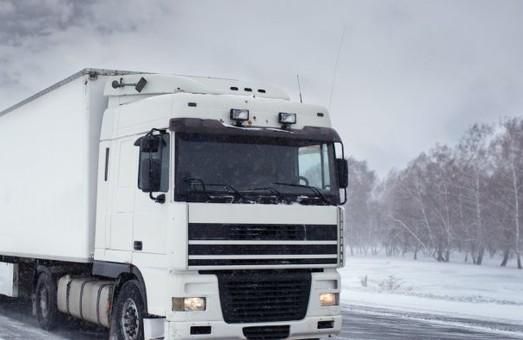 На Львівщині із снігової пастки витягнули 8 вантажівок