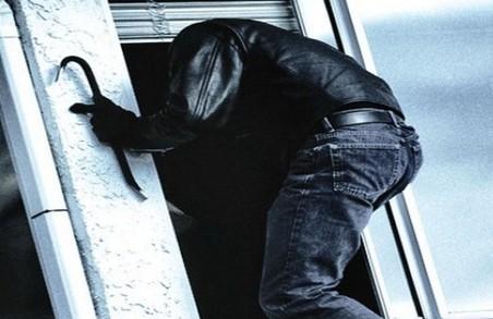 У Львові підвальний злодій пошкодив стіну заради крадіжки