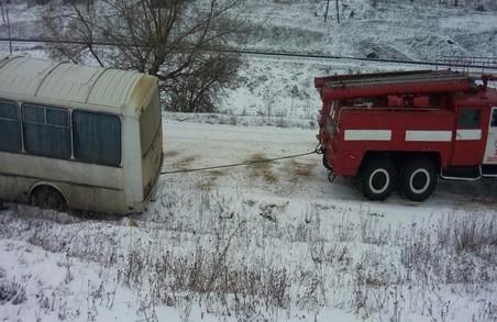 На Львівщині через погодні умови рейсовий автобус злетів у кювет